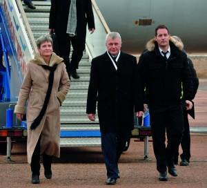 Thomas Pesquet, à droite sur la photo, en compagnie du Russe Oleg Novitsky et de l'Américaine Peggy Whitson, lors de son arrivée à Baïkonour (Kazakhstan).