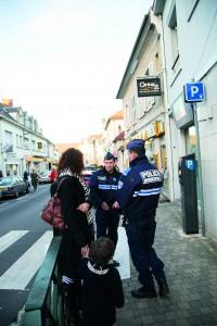 Les promeneurs sollicitent souvent les agents de la police municipale pour diverses questions lorsqu'ils les rencontrent sur le terrain.