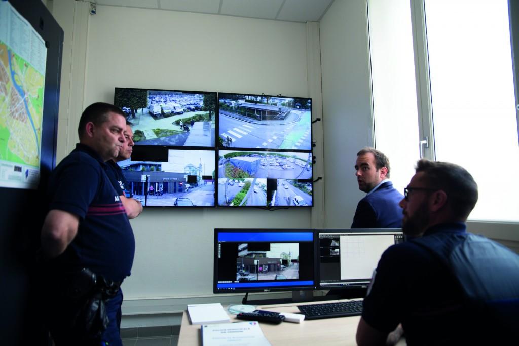 ébastien Lecornu, président du Département, aux côtés des agents municipaux, lors d'une visite au CSU (Centre de surveillance urbain). Cet outil de dissuasion aide aussi régulièrement à résoudre des enquêtes.