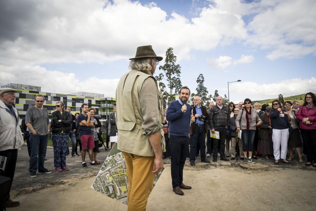 Sébastien Lecornu, à l'origine du renouveau des anciens sites militaires et industriels de la ville, présente le projet de reconversion lors du week-end portes ouvertes des friches.