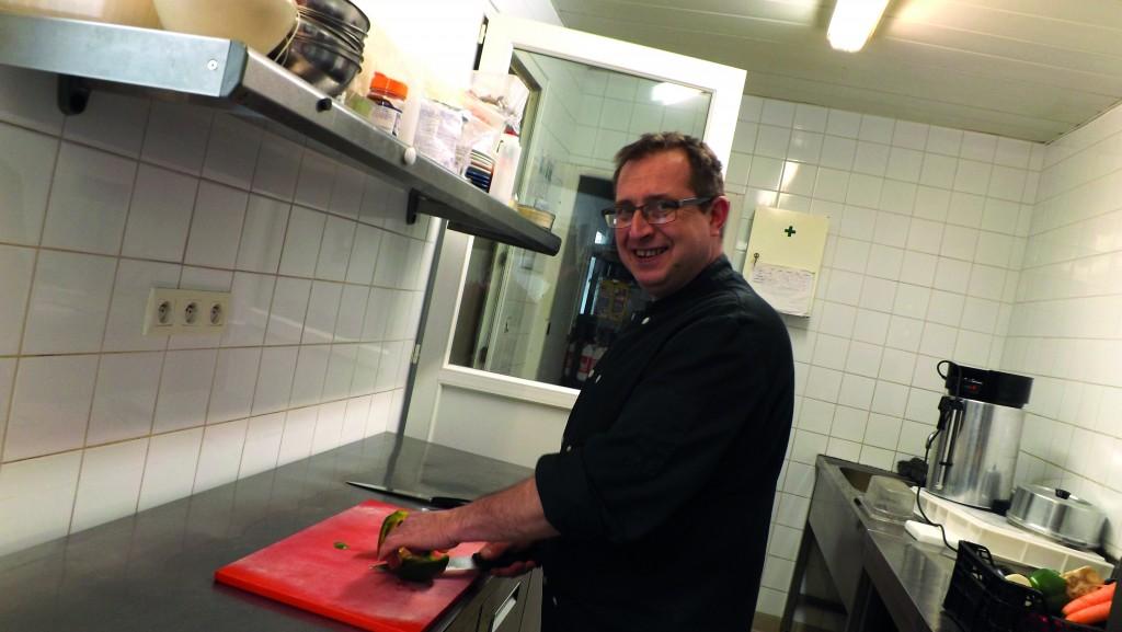 Mickaël Brielles dans sa cuisine, qu'il a installée à son domicile à Vernon.