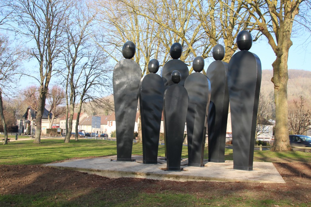 People s'installe à Vernonnet en début d'année 1999. Estimées à 300 000 F, les statues sont transportées depuis le Japon en bateau. En plus d'offrir gracieusement son œuvre, Olivier Gerval paie les frais de transport. Une seconde vie commence pour ces sept statues, qui avaient été exposées à Tokyo aux côtés de 18 autres sculptures du Normand.
