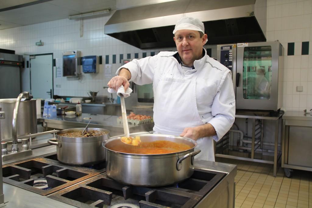 Sylvain Deslendes a grandi aux Andelys. Ironie du sort, durant toute sa scolarité, il n'a jamais mangé à la cantine de l'école !