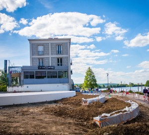 Alors que le projet de la Seine à vélo prend forme sur la rive droite, la rive gauche se transforme peu à peu en promenade citadine (proposition n° 53 de Vernon Mérite Mieux). D'ici quelques mois, touristes et habitants pourront profiter d'un espace totalement modernisé, propre, accueillant et connecté (avec le WiFi). Le futur aménagement sera agrémenté de zones pavées et d'espaces végétalisés, tout en proposant un revêtement adapté pour la pratique du vélo et du roller. La fin des travaux est prévue pour le mois de décembre 2017.