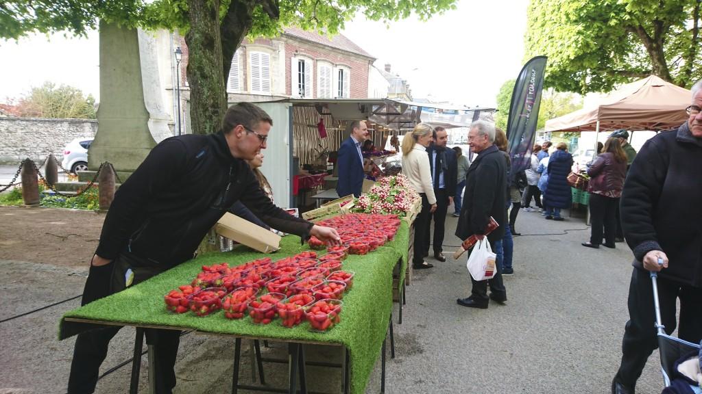 Joli succès pour le lancement du P'tit marché de Vernonnet, le 30 avril dernier, au pied de l'église Saint-Nicolas. Il y avait même la queue devant l'étal du primeur. Le rendez-vous est désormais pris, chaque dimanche matin, notamment pour les habitants de la rive droite qui n'ont plus besoin de traverser la ville pour remplir le panier de fruits et légumes de saison. Les commerçants seront de plus en plus nombreux au fil des semaines à venir.