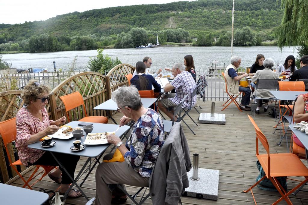 Fleur de Seine 35 quai Caméré Cette crêperie propose une terrasse en bord de Seine, pour profiter tranquillement du repas servi.