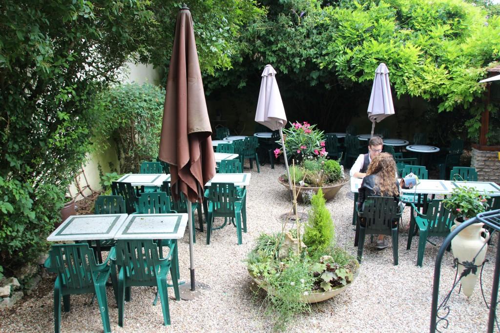 Le Bistrot Montmartre 6 rue Carnot Il possède une terrasse intérieure cachée et très calme. Il est ouvert tout l'été.