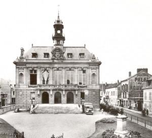 Certaines pierres qui ont permis la construction des murs de l'hôtel de ville proviennent de la démolition de l'ancienne église Sainte-Geneviève (1798).