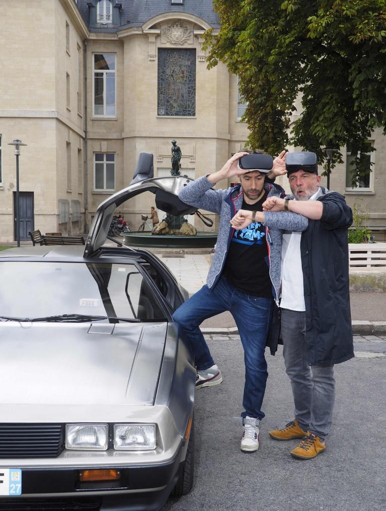 Nicolas Deschamps et Alexandre Révérend, à côté d'une Dolorean identique à celle de Retour vers le futur.