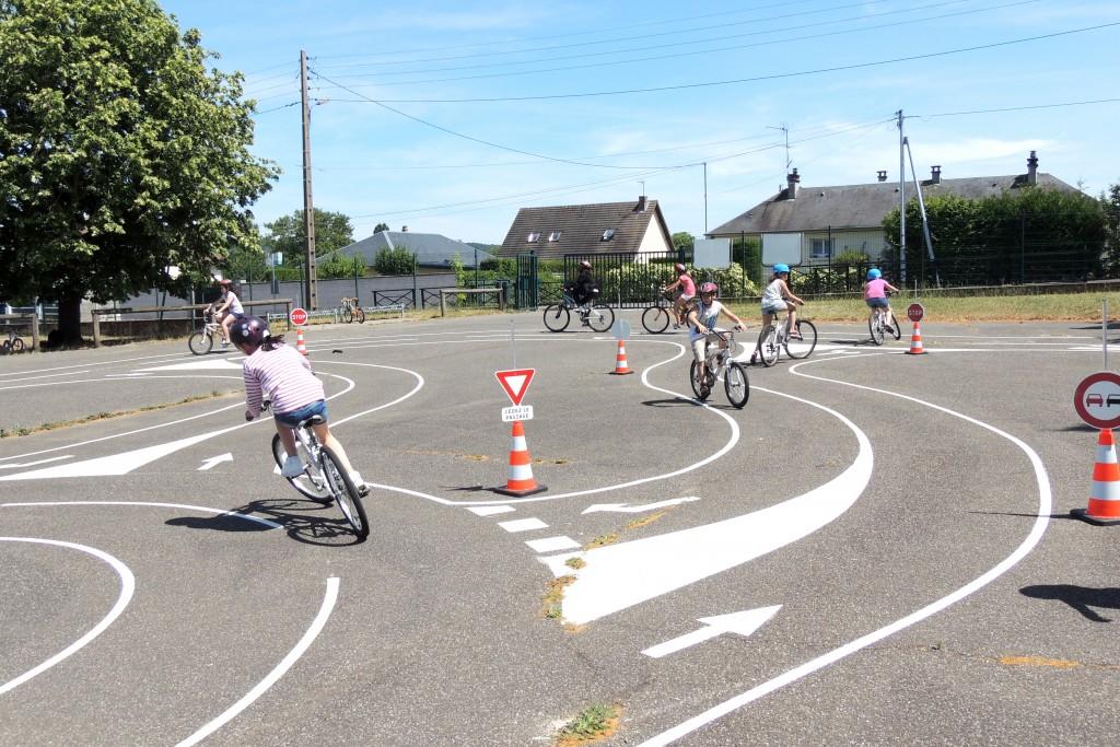 Les cyclistes, plus vulnérables que les deux-roues motorisés, sont largement concernés par la sécurité routière. Une piste cyclable sera donc installée pour sensibiliser les enfants.