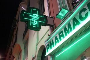 Vernon compte neuf pharmacies dont celle de la gare qui a déménagé récemment dans le nouvel éco-quartier Fieschi. Contrairement aux idées reçues, toutes sont amenées, à tour de rôle, à tenir la fonction de pharmacie de garde.