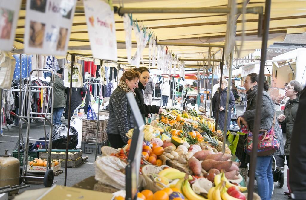 Vernon compte plusieurs marchés, parmi lesquels se trouvent le marché de tous les commerces, le mercredi matin de 8h à 13h, place du Vieux-René et le grand marché sur les places de-Gaulle, du Vieux-René et de l'Ancienne-Halle, qui lui a lieu le samedi à partir de 8h.