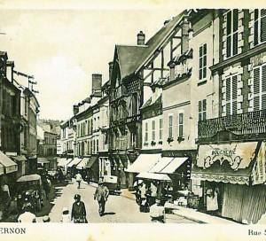 Cette carte de 1936 présente bien l'ensemble de la rue Saint-Jacques, déjà très commerçante à l'époque.