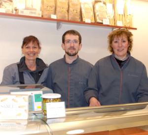 L'équipe du magasin : Martine, Johannes et Agosthina.