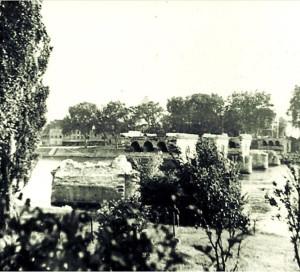 Les artificiers français du 2e régiment du Génie ont reçu l'ordre le 9 juin, de miner le pont routier dans le but de freiner l'avance des soldats allemands de la 46e Division d'Infanterie.