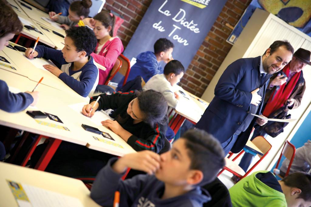 Sébastien Lecornu s'est improvisé prof de Lettres à l'occasion de la Dictée du Tour de France au collège César-Lemaître.