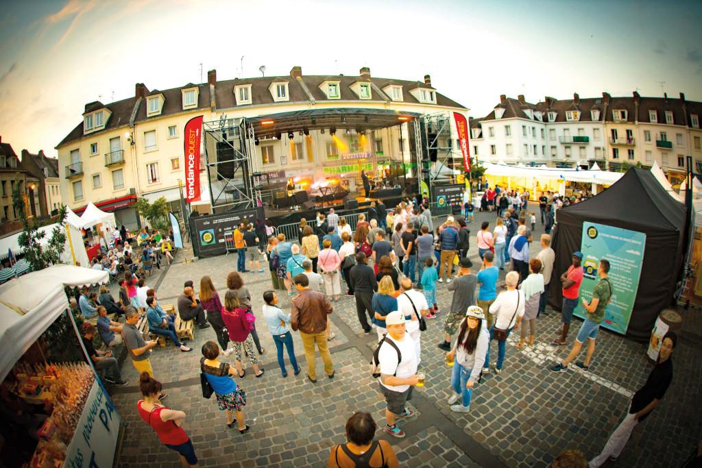 Le soir, les concerts gratuits animeront la place de-Gaulle. Plusieurs groupes et DJ enchaîneront les prestations pendant le week-end.