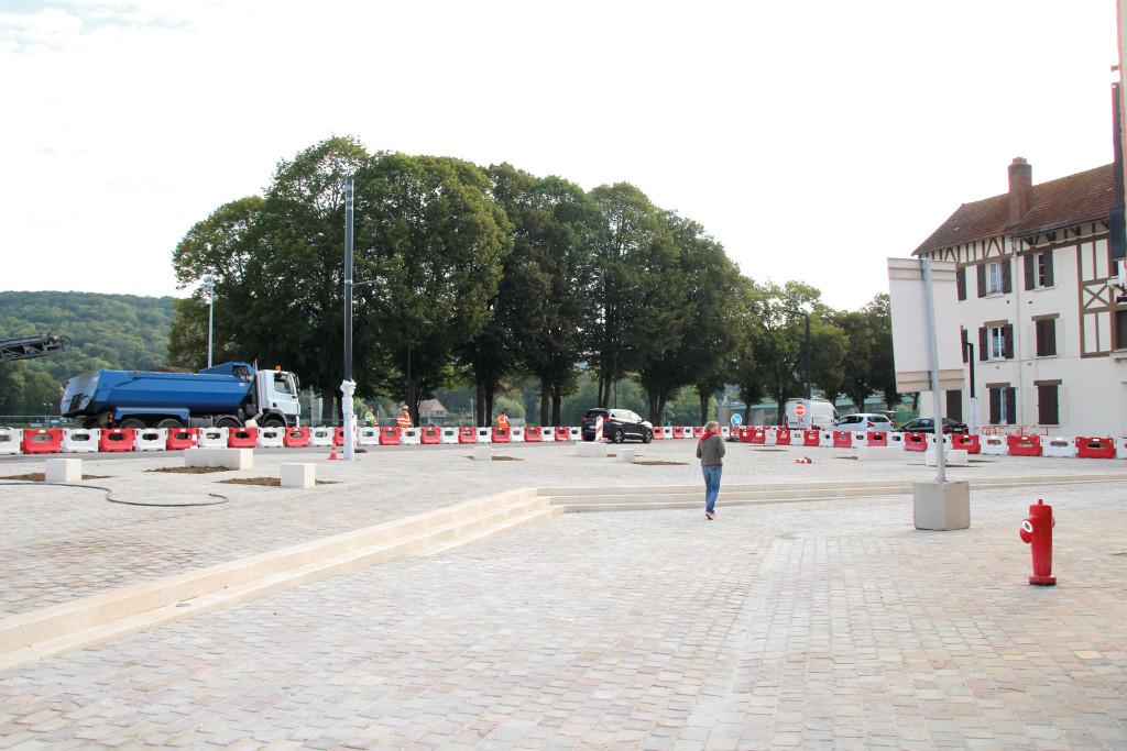 Une nouvelle place pavée vient d'être aménagée au niveau des intersections entre la rue Potard et la rue Carnot. Des candélabres doivent encore y être installés ainsi qu'un passage protégé entre la place et le quai de Seine. La deuxième phase du chantier a lieu courant septembre avec l'aménagement de l'avenue de Rouen jusqu'à l'avenue Foch.