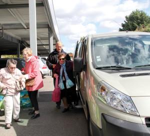 Avec le transport à la demande, les séniors peuvent se rendre au supermarché quand ils le souhaitent, le tout gratuitement.