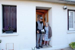 A 92 ans, Jacqueline Gaudet reçoit tous les jours son plateau repas des mains de Francis, le livreur du CCAS.