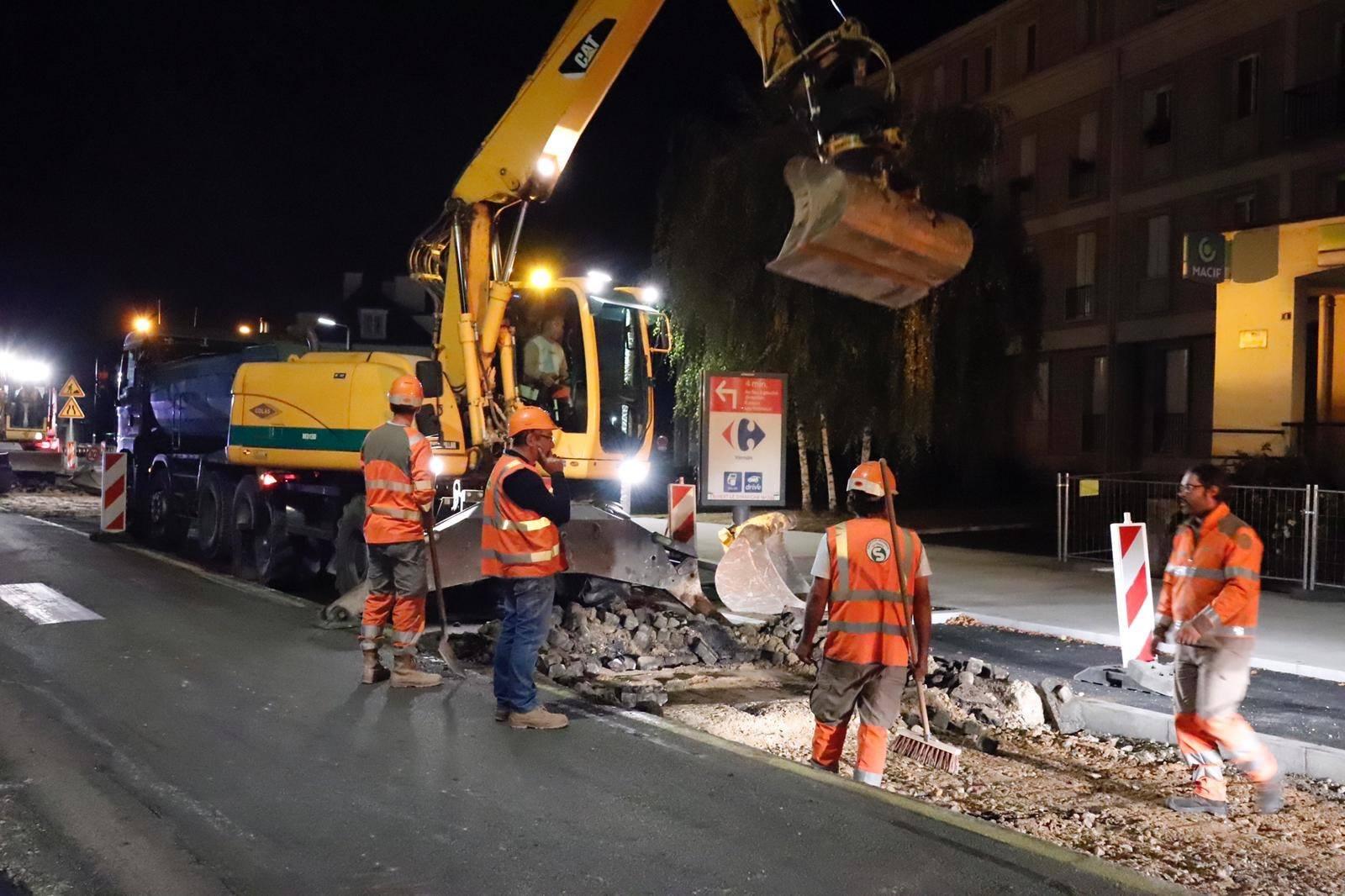 La transformation de l'avenue de Rouen en boulevard urbain progresse rapidement. Après deux interventions nocturnes, la chaussée a été rabotée, réglée et couverte de revêtement entre le giratoire du pont Clémenceau et la rue du Point du jour. Les travaux continuent pour réaliser cet engagement de Vernon Mérite Mieux ! (proposition n°25).