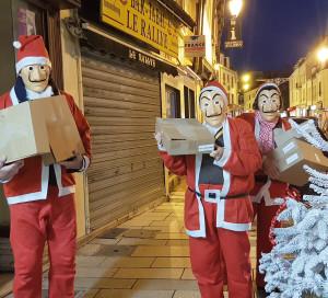Grâce à leur déguisement, les membres du Club des Commerçants protègent leur anonymat tout en se faisant remarquer !