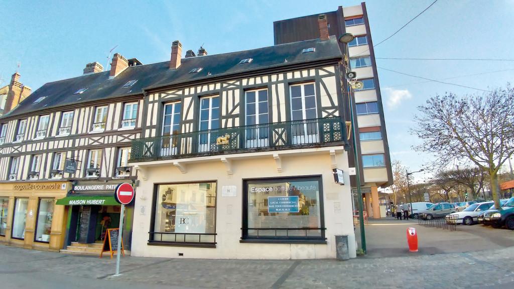 Avec son lion en fer et ses colombages, le bâtiment est emblématique de la place de Gaulle.