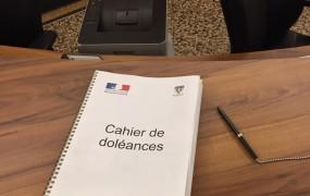 Dans le cadre de ce dialogue avec les Français et avant la rencontre du Président de la République avec les maires de l'Eure le 15 janvier dernier, il a été décidé d'ouvrir des cahiers de doléances dans les mairies et c'est le cas à Vernon. Depuis le 3 janvier, ce cahier est accessible à l'accueil de l'hôtel de ville et sur internet. Il s'agit d'un espace de libre expression où les habitants peuvent formuler leurs suggestions.