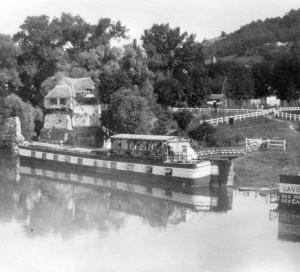 Durant les années folles, une péniche-guinguette, était amarrée à côté du vieux Moulin.