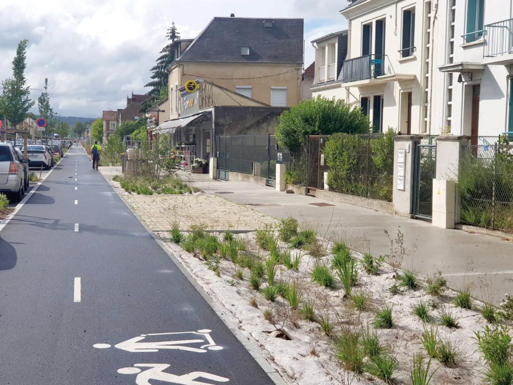 En 2018, la municipalité a entièrement repensé l'avenue de Rouen pour que la nature et l'individu reprennent leur place dans un axe abandonné aux seules voitures.