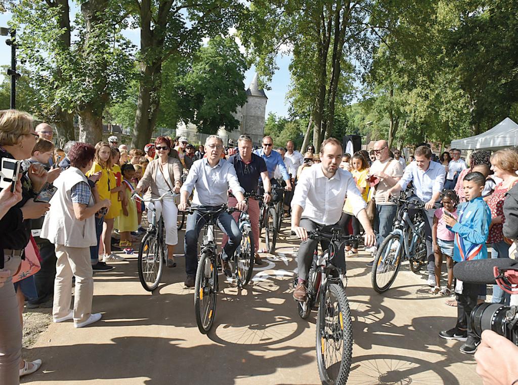 ortée par le département de l'Eure et la ville, la Seine à Vélo, qui reliera bientôt Paris à la mer, permet désormais de profiter des berges de la rive droite. La portion entre Vernonnet et Manitôt a été achevée le 21 juin 2018 et fait le bonheur des cyclistes.
