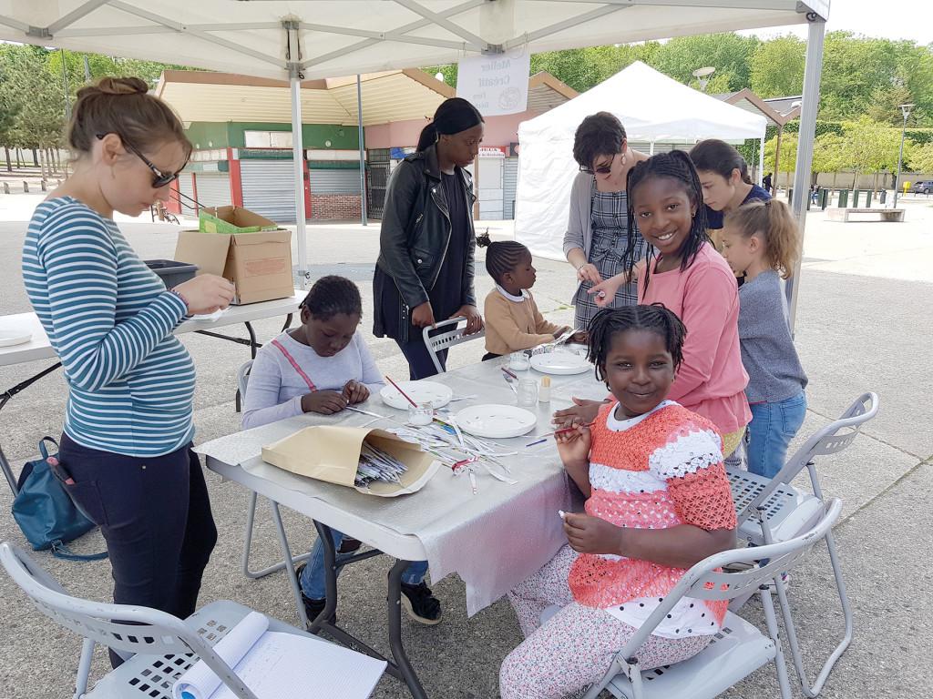 Les enfants ont pu apprendre à fabriquer des bracelets zéro déchet, faire du papier recyclé, jardiner, recycler des déchets dangereux et cuisiner des restes.