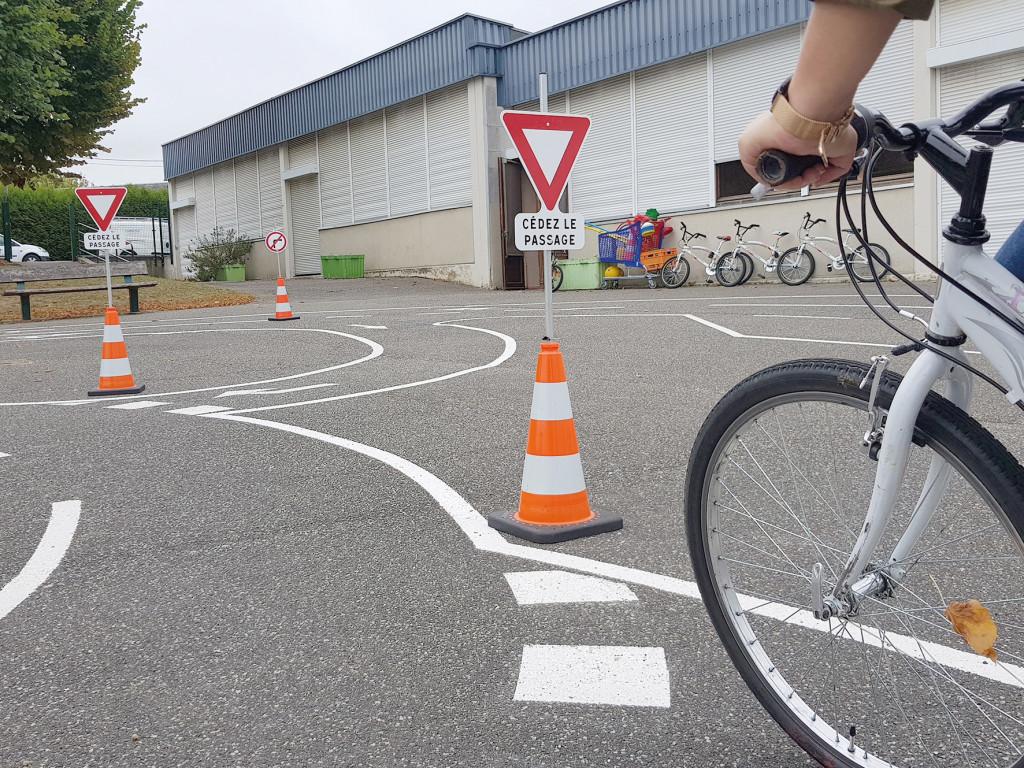 La piste tracée dans l'ancienne école Marcel Beaufour permet aux écoliers de s'initier aux rudiments du code de la route à vélo.