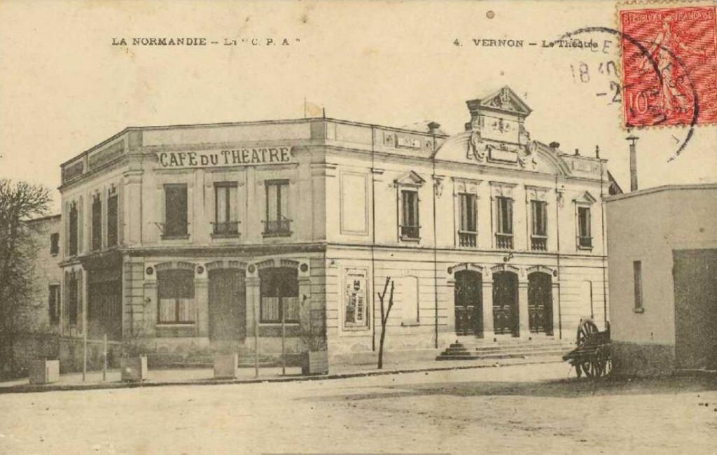 Le cinéma, inventé par les frères Lumière, apparaît officiellement en 1895, date à laquelle Adolphe Barette, le maire de Vernon, fait construire le théâtre municipal de la place de Paris.