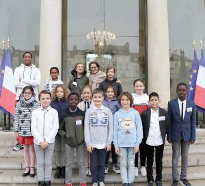 Mardi 23 octobre, 14membres du Conseil municipal des enfants ont eu une belle opportunité. Ils se sont rendus à Paris pour visiter le palais de l'Elysée, où réside le président de la République, et celui du Luxembourg, où siège le Sénat.