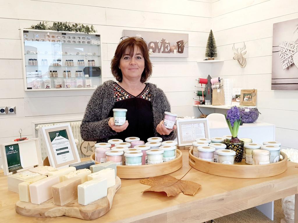 Dans sa boutique, Véronique Villoury a créé une atmosphère chaleureuse et cocooning.