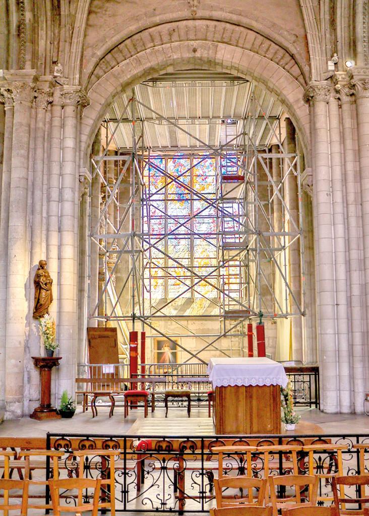 Les travaux de la collégiale Notre-Dame vont bon train. Un échafaudage est installé dans une des chapelles, jusque-là fermée au public, afin de la sécuriser.