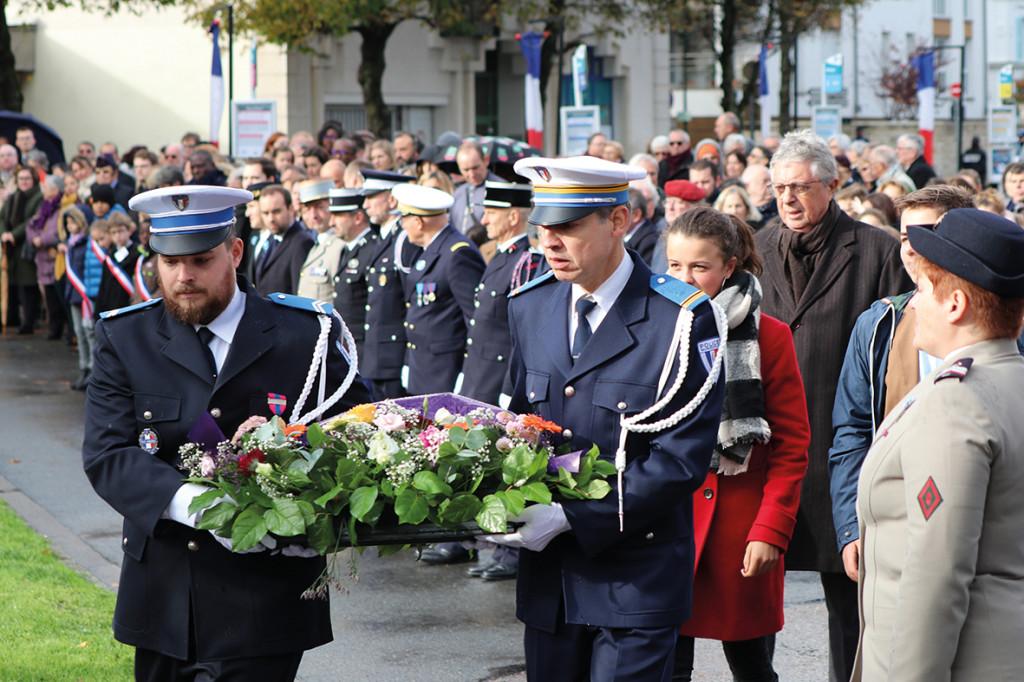 Comme chaque année, les commémorations de l'Armistice du 11 novembre 1918 honorent les Français morts sous les drapeaux et soulignent la nécessité de préserver la paix.