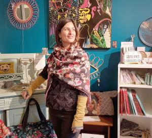 Elsa Bordas-Lavigne est satisfaite de l'emplacement de sa boutique, près de la Seine et du pont.