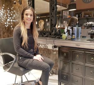 Dans son salon, Claire Collot propose aussi des accessoires de tête, des postiches et des produits Redken.