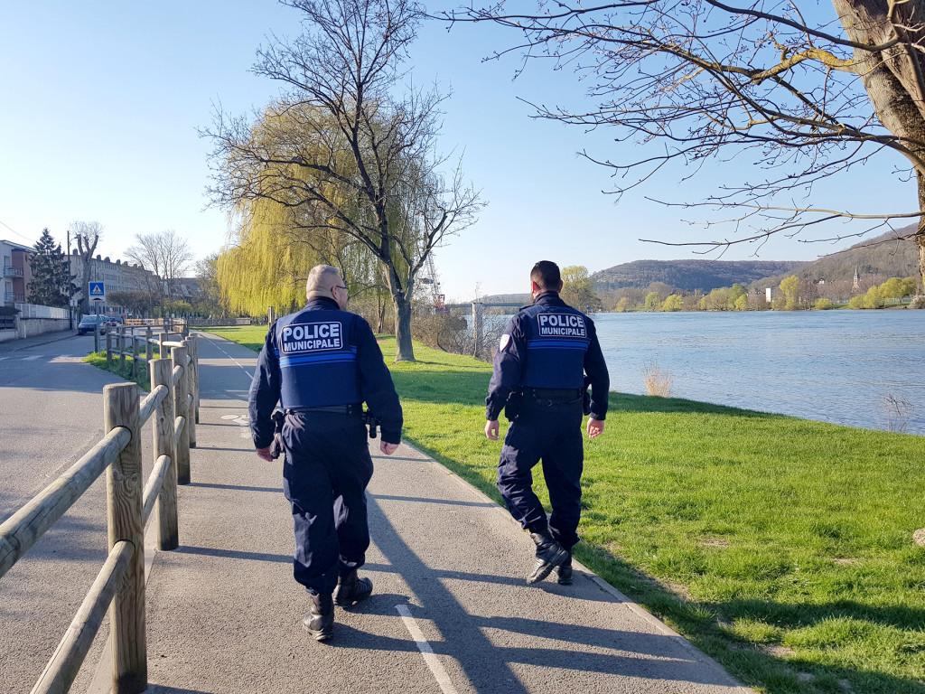 Les policiers patrouillent et vérifient si les passants sont munis de l'attestation dérogatoire de sortie.