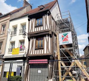 Le 18 mai, l'immeuble situé à l'angle des rues Carnot et de la Boucherie menaçait de s'effondrer. Un mur porteur du bâtiment s'est affaissé suite aux travaux de consolidation en cours. Une conséquence de l'absence d'entretien par l'ancien propriétaire. Face à ce péril imminent, et bien qu'il s'agisse d'une propriété privée, la municipalité a été très réactive et a immédiatement fait sécuriser le site puis convoqué un expert. «Nous avons agi vite car la situation a un gros impact sur la sécurité et l'activité de cette rue commerciale », souligne le maire, François Ouzilleau, «ainsi, elle a été fermée aux voitures mais nous avons fait en sorte que les commerces restent ouverts». La suite des travaux dépend de l'avis de l'architecte des bâtiments de France, l'immeuble se trouvant dans une partie classée du cœur de ville, et du propriétaire de ce bien privé qui devra les assumer. En cas de blocage, la municipalité se réserve le droit d'intervenir.