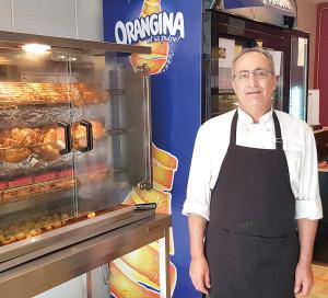 M. Zeglache propose des poulets rôtis à 8€.