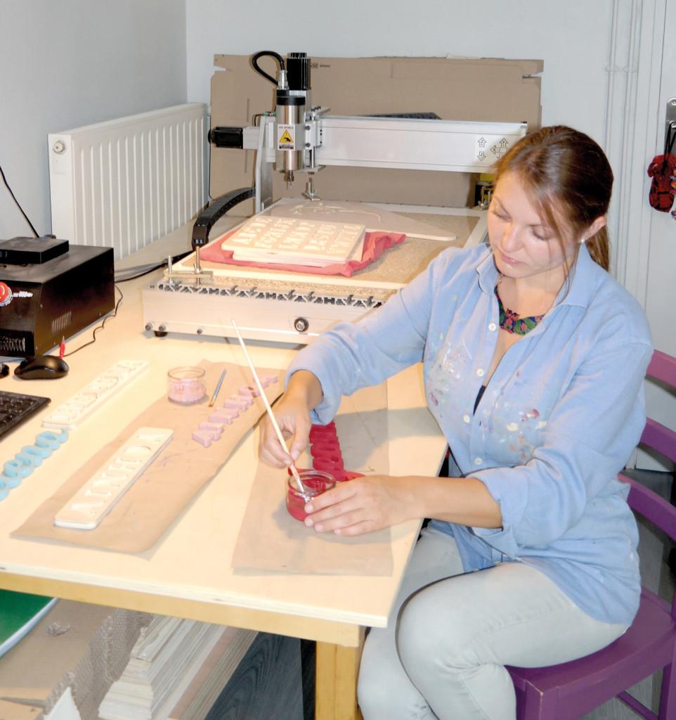 Estelle Denoncin façonne ses objets avec une fraiseuse numérique.