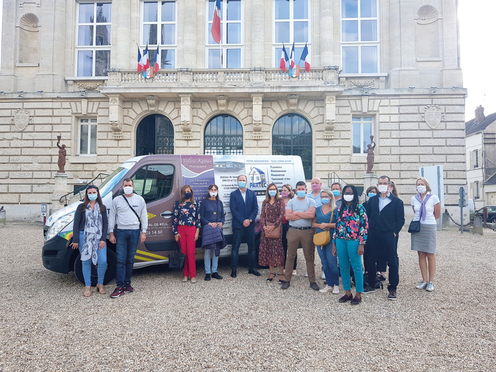 Photo camion publicitaire mairie commerçants associations