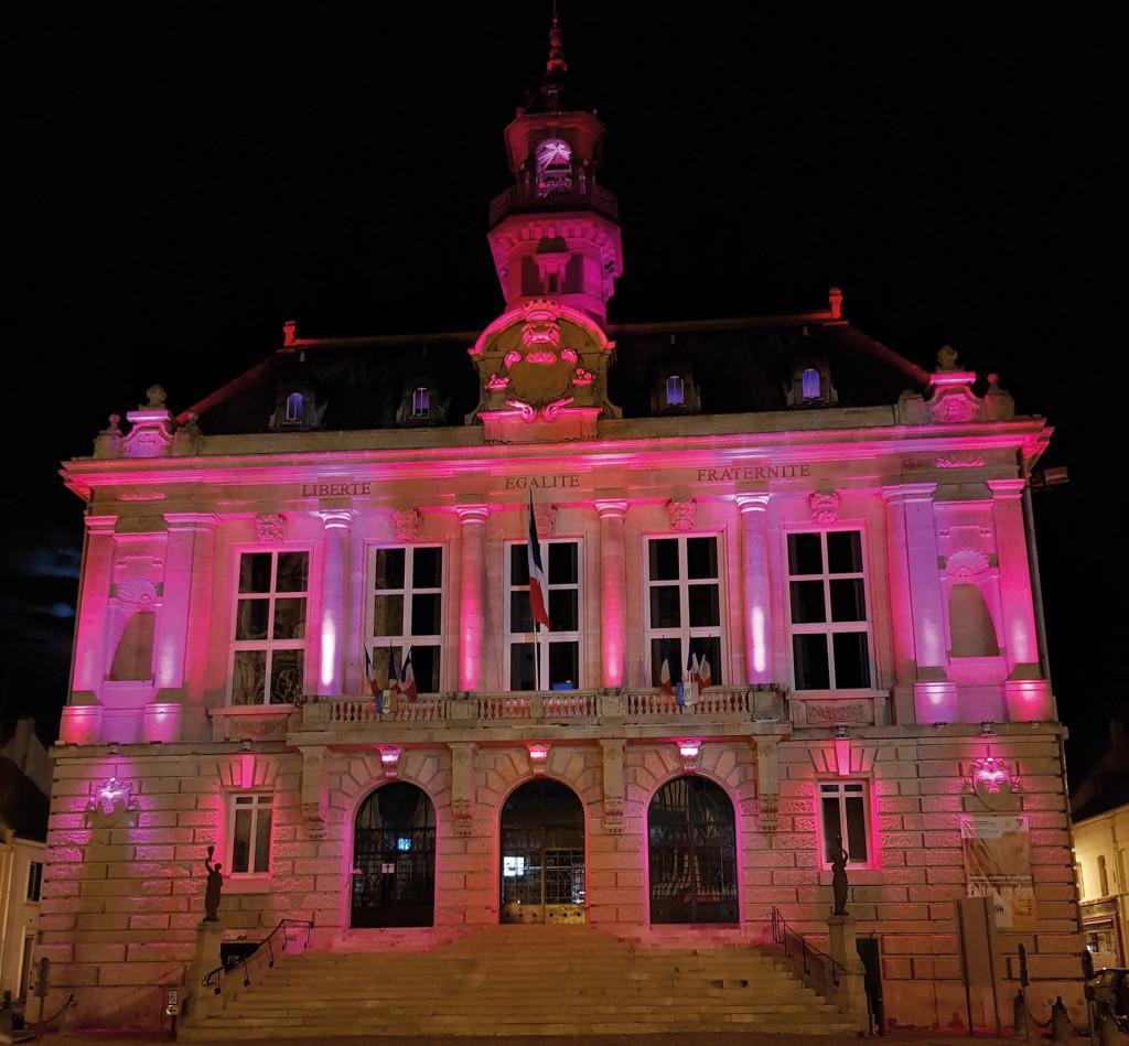 Vernon se mobilise dans le cadre d'Octobre Rose, le mois de sensibilisation au dépistage du cancer du sein en France. Comme chaque année, les monuments emblématiques de la ville seront illuminés en rose pendant cette période.