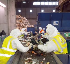 Étape nécessaire vers une gestion plus durable des déchets, la caractérisation vise à analyser ce que jettent les habitants de l'agglomération dans leur poubelle verte. Et d'en déduire comment mieux trier. Un diagnostic réalisé par le service déchets de l'agglomération, avec l'aide d'agents bénévoles, entre le 28 septembre et le 2 octobre au SETOM de Guichainville. Cette action permettra de mieux communiquer auprès des usagers sur les questions de recyclage.
