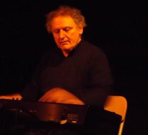 Artiste engagé, Hugues Reiner a le souci des personnes blessées par la vie. Il a fondé les Chœurs Résilience, parrainés par Boris Cyrulnik.
