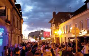 Le soir du vendredi 21 juin, les rues de Vernon étaient en pleine liesse. Et pour cause, jamais une Fête de la Musique n'avait attiré tant de monde. Autant de mélomanes qui ont pu profiter des nombreuses animations dans les bars et des 3 scènes installées par la ville rue Carnot, dont une sur la nouvelle place Chantereine, pour des concerts de 18h à minuit.