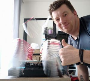 Mes deux imprimantes 3D fonctionnent plus de 16 heures par jour et produisent 40 visières